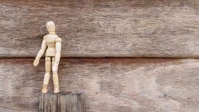 Suporte de madeira sozinho do homem no fundo de madeira Imagem de Stock