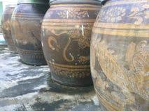 Suporte de terra grande velho do frasco em uma linha fotografia de stock royalty free