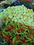 Suporte de vegetais coloridos em um mercado de Romênia imagens de stock royalty free