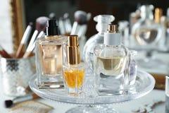 Suporte de vidro com garrafas de perfume Imagem de Stock Royalty Free