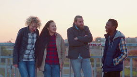 Suporte diverso da família de quatro pessoas em trilhos e em riso filme