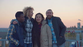 Suporte diverso da família de quatro pessoas em trilhos e em riso video estoque