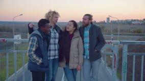 Suporte diverso da família de quatro pessoas em trilhos e em riso vídeos de arquivo