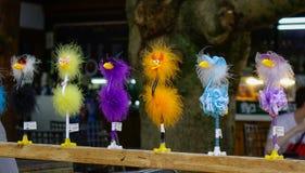 Suporte do brinquedo do pássaro na linha fotografia de stock royalty free