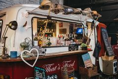 Suporte do caminhão da barra e das bebidas no mercado de Mercato Metropolitano em Londres, Reino Unido imagem de stock royalty free