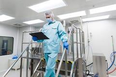 Suporte do cientista em escadas do metal no laboratório Imagem de Stock