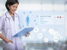 Suporte do doutor da mulher no hospital mão que guarda a prescrição Imagens de Stock