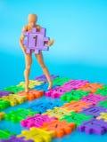 Suporte do fantoche no número plástico completo da cor e no número plástico roxo um da posse no fundo azul Conceito da instrução  Fotos de Stock Royalty Free