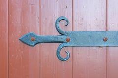 Suporte do ferro forjado do vintage sob a forma de uma seta a um século XIX de madeira da porta imagem de stock royalty free