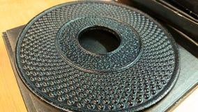 Suporte do ferro fundido do metal para pratos quentes na loja fotografia de stock royalty free