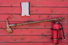 Suporte do fogo vermelho com machado e extintor imagens de stock