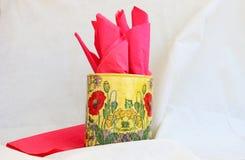 suporte do guardanapo com guardanapo vermelhos Imagem de Stock