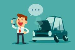 Suporte do homem de negócios ao lado de seu carro quebrado e de chamar o serviço do carro Imagem de Stock Royalty Free