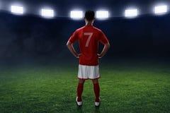 Suporte do jogador de futebol no campo Foto de Stock Royalty Free