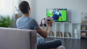Suporte do jogo de observação da equipe de futebol na casa da tevê, infeliz com resultado do fósforo video estoque