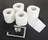 Suporte do papel higiênico no preto imagem de stock
