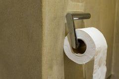 Suporte do rolo do papel higiênico imagem de stock royalty free