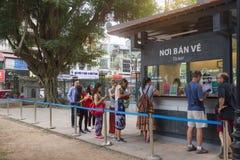 Suporte do turista em uma linha para o bilhete de compra da taxa de entrada do templo da literatura imagens de stock