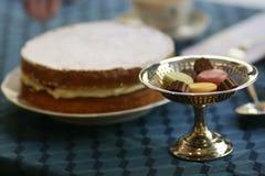 Suporte dos doces das antiguidades e stillife de prata do bolo de esponja imagens de stock royalty free