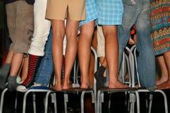 Suporte dos pés em cadeiras Fotos de Stock Royalty Free