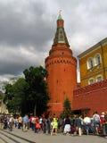 Suporte dos povos pela parede do Kremlin de Moscou Fotografia de Stock Royalty Free