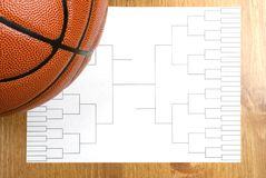 Suporte e basquetebol do competiam do basquetebol Foto de Stock