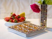 Suporte e morangos de vela do mosaico Imagem de Stock