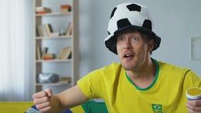 Suporte energético de Brasil com o jogo de observação do chifre do fã, comemorando o objetivo filme