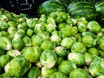 Suporte famoso do mercado dos fazendeiros de domingo Hollywood que vende couves-de-Bruxelas foto de stock