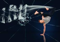 Suporte fazendo perito da mão das artes marciais contra fundo de vidro quebrado Fotografia de Stock