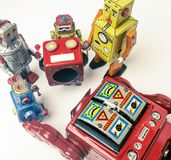 Suporte laboral do conceito; woth uma equipe da fixação dos robôs do vintage fotografia de stock