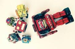 Suporte laboral do conceito; woth uma equipe da fixação dos robôs do vintage fotos de stock royalty free