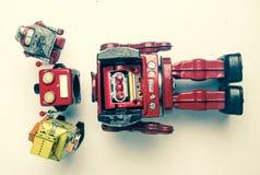 Suporte laboral do conceito; woth uma equipe da fixação dos robôs do vintage foto de stock royalty free