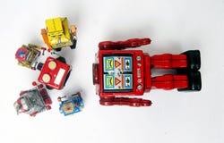 Suporte laboral do conceito; woth uma equipe da fixação dos robôs do vintage imagens de stock royalty free