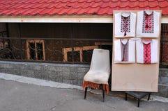Suporte na rua com as camisas ucranianas com projetos tradicionais kiev fotografia de stock royalty free