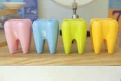 Suporte plástico colorido da escova de dentes fotografia de stock royalty free