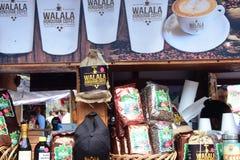 Suporte que vende produtos em Casta Maya Mexico foto de stock