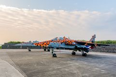 Suporte rápido de dois SEPECAT Jaguar Jet Fighters na luz da manhã fotos de stock royalty free