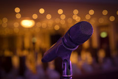 Suporte sem fio do microfone no local de encontro da fase Imagem de Stock Royalty Free
