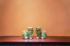 Suporte seramic verde gêmeo do leão no meio do quadro com luz do tungstênio imagens de stock