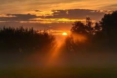 Suporte a silhueta no fundo do por do sol, Kaluga, Rússia foto de stock