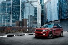 Suporte superior do carro perto da construção moderna na cidade no dia Fotografia de Stock Royalty Free