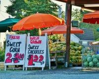 Suporte urbano do produto dos fazendeiros com sinais da fixação do preço Fotos de Stock Royalty Free