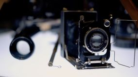 Suporte velho da c?mera de filme na tabela destacada vídeos de arquivo