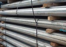 Suportes ajustáveis de aço tubulares do comprimento em um caminhão Fotografia de Stock