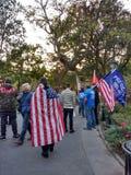 Suportes da bandeira americana e do trunfo, Washington Square Park, NYC, NY, EUA Imagem de Stock Royalty Free