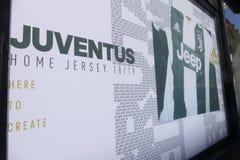 Suportes de Juventus FC que vai louco para o jogador novo de Cristiano Ronaldo para a próxima estação imagens de stock