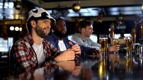 Suportes desagradados da equipe de futebol que olham o fósforo no bar, objetivo de falta, perda do jogo foto de stock royalty free