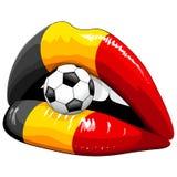 Suportes do futebol do batom da bandeira de Bélgica nos bordos sensuais do ` s da mulher Imagens de Stock