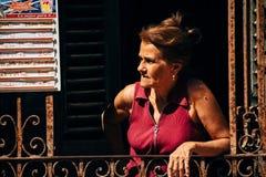 Suportes e esperas locais para clientes em um restaurante local em Havana, Cuba imagens de stock royalty free